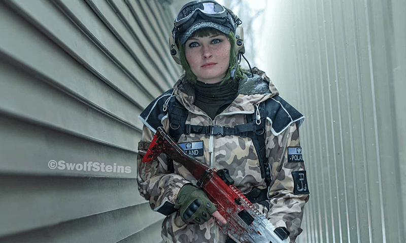 Ela cosplay by SwolfSteins holding an assault rifle from Six Siege